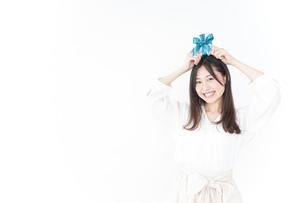 プレゼントと若い女性の写真素材 [FYI04657320]