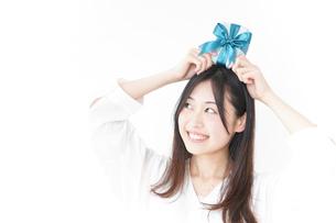 プレゼントと若い女性の写真素材 [FYI04657321]