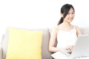 リラックスしてパソコンを使う女性の写真素材 [FYI04657327]