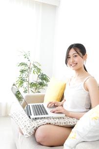 リラックスしてパソコンを使う女性の写真素材 [FYI04657330]