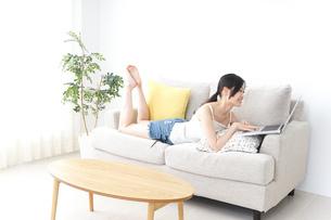 リラックスしてパソコンを使う女性の写真素材 [FYI04657340]