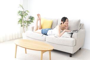 リラックスしてパソコンを使う女性の写真素材 [FYI04657341]