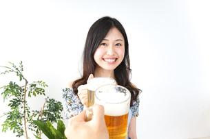 ビアガーデンでビールを飲む若い女性の写真素材 [FYI04657347]
