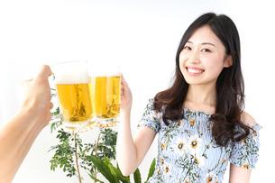 ビアガーデンでビールを飲む若い女性の写真素材 [FYI04657349]