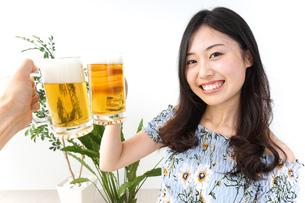 ビアガーデンでビールを飲む若い女性の写真素材 [FYI04657350]