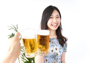 ビアガーデンでビールを飲む若い女性の写真素材 [FYI04657351]