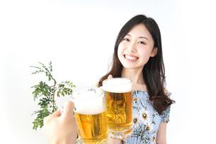 ビアガーデンでビールを飲む若い女性の写真素材 [FYI04657353]