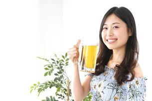 ビアガーデンでビールを飲む若い女性の写真素材 [FYI04657357]