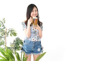 ビアガーデンでビールを飲む若い女性の写真素材 [FYI04657358]