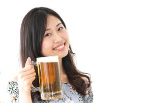 ビアガーデンでビールを飲む若い女性の写真素材 [FYI04657359]