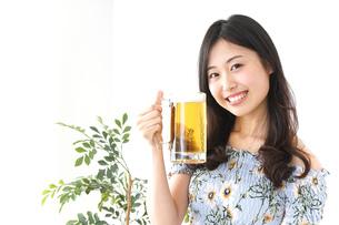 ビアガーデンでビールを飲む若い女性の写真素材 [FYI04657363]