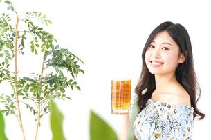 ビアガーデンでビールを飲む若い女性の写真素材 [FYI04657368]