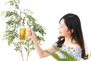 ビアガーデンでビールを飲む若い女性の写真素材 [FYI04657369]