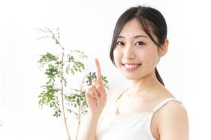 ビューティーアドバイスをする女性の写真素材 [FYI04657372]