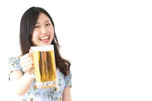 ビアガーデンでビールを飲む若い女性の写真素材 [FYI04657376]
