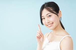 ビューティーアドバイスをする女性の写真素材 [FYI04657382]