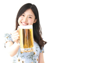 ビアガーデンでビールを飲む若い女性の写真素材 [FYI04657385]
