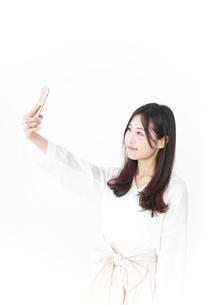 自撮りをする若い女性の写真素材 [FYI04657411]