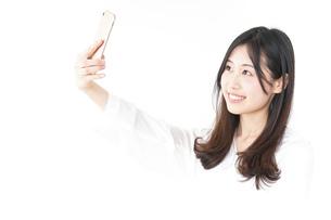 自撮りをする若い女性の写真素材 [FYI04657415]