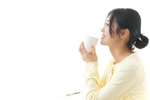 オフィスでコーヒーを飲む女性の写真素材 [FYI04657416]