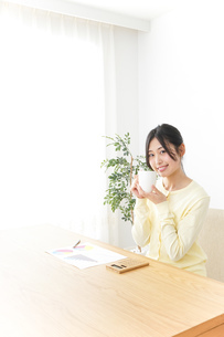 オフィスでコーヒーを飲む女性の写真素材 [FYI04657417]