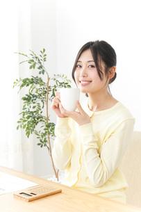 オフィスでコーヒーを飲む女性の写真素材 [FYI04657419]