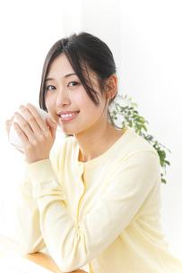 オフィスでコーヒーを飲む女性の写真素材 [FYI04657421]