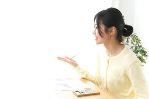 オフィスで打ち合わせをする女性の写真素材 [FYI04657423]