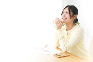 オフィスでコーヒーを飲む女性の写真素材 [FYI04657424]