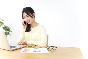 オフィスで電話をするビジネスウーマンの写真素材 [FYI04657436]