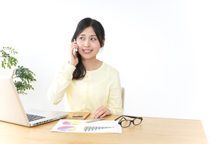 オフィスで電話をするビジネスウーマンの写真素材 [FYI04657438]