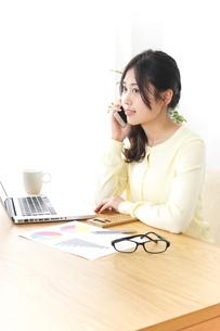 オフィスで電話をするビジネスウーマンの写真素材 [FYI04657444]