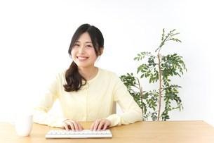 パソコンを使う若い女性の写真素材 [FYI04657454]