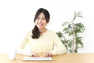 パソコンを使う若い女性の写真素材 [FYI04657459]