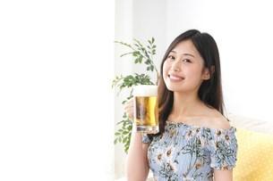 自宅でビールを飲む女性の写真素材 [FYI04657479]