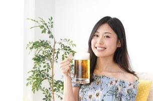 自宅でビールを飲む女性の写真素材 [FYI04657480]