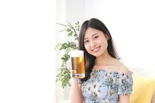 自宅でビールを飲む女性の写真素材 [FYI04657482]
