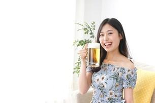 自宅でビールを飲む女性の写真素材 [FYI04657486]