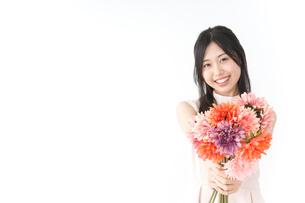 花をプレゼントする女性_母の日の写真素材 [FYI04657524]