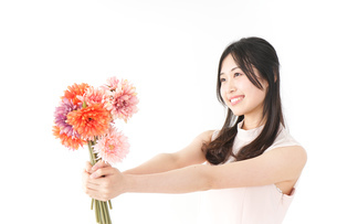 花をプレゼントする女性_母の日の写真素材 [FYI04657525]