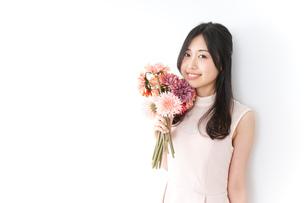 花をプレゼントする女性_母の日の写真素材 [FYI04657526]