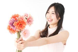 花をプレゼントする女性_母の日の写真素材 [FYI04657529]