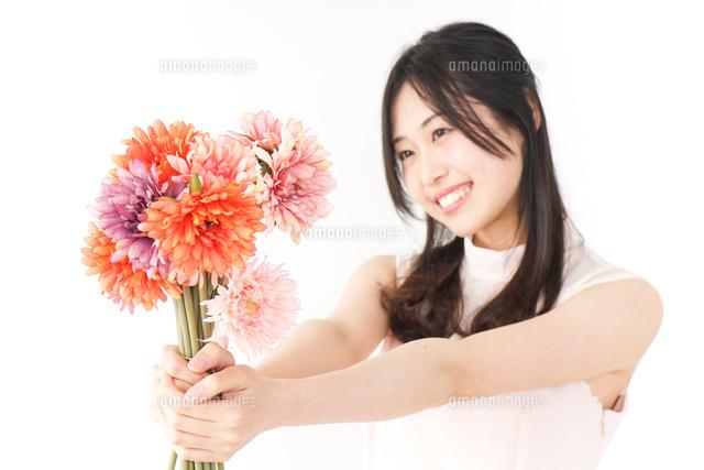 花をプレゼントする女性_母の日の写真素材 [FYI04657530]