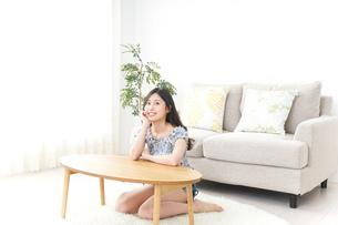 部屋でリラックスする女性の写真素材 [FYI04657531]