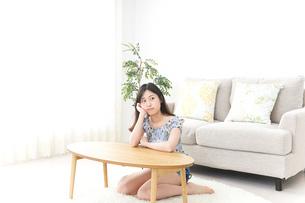 部屋でリラックスする女性の写真素材 [FYI04657533]