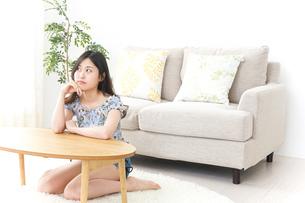 部屋でリラックスする女性の写真素材 [FYI04657536]