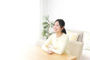 部屋でリラックスする女性の写真素材 [FYI04657537]