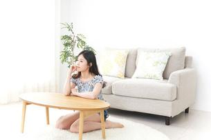 部屋でリラックスする女性の写真素材 [FYI04657538]