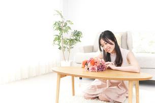 部屋でリラックスする女性の写真素材 [FYI04657540]