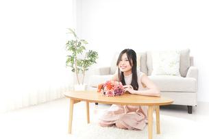 部屋でリラックスする女性の写真素材 [FYI04657541]